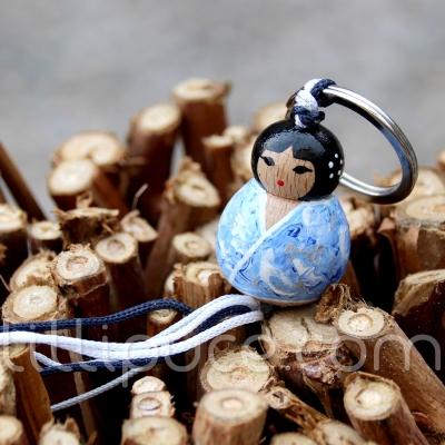 Porte-clefs lillipuce kokeshi givrée 3 cm